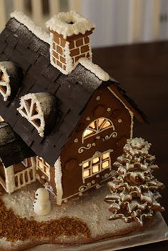 Piparkakkutalo So pretty! Gingerbread House Designs, Gingerbread House Parties, Christmas Gingerbread House, Noel Christmas, Gingerbread Man, Christmas Treats, Christmas Baking, White Christmas, Gingerbread Cookies