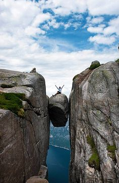 The famous Hanging Stone in Norway! Click through to see 20 more photos that will inspire you to travel to Norway!