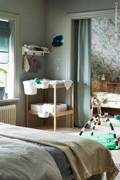 Nattliga behov och krav blir annorlunda när en nyfödd bebis kommer till världen, men det som inte ändras är storleken på ditt hem. Så här kan du skapa plats för hela familjen samtidigt som uttrycket blir harmoniskt och samordnat: den prisvärda SNIGLAR serien matchar både dina behov och varandra! KLAPPA Babygym, SNIGLAR Skötbord, bok/vit. Sniglar, Bok, Curtains, Home Decor, Blinds, Decoration Home, Room Decor, Draping, Home Interior Design