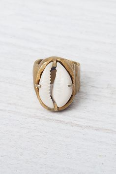 \\\ Cowrie Shell Ring ///