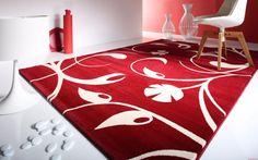 Moqueta roja con motivos florales blancos