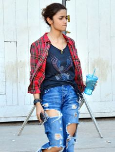 Bollywood fashion 862369028623917552 - Alia Bhatt seen in a uber cool avatar with her torn up jeans and flannel shirt spotted at Mehboob Studio. Source by naseehamota Cute Simple Outfits, Stylish Outfits, Fashion Outfits, Bollywood Girls, Bollywood Fashion, Plaid Shirt Outfits, Flannel Shirt, Alia Bhatt Lehenga, Casual College Outfits