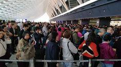 陸客不來,真的害慘了台灣觀光業?一位最近經常出入境的民眾李芮萱在臉書舉出親身經歷,認為根本不是這麼一回事。她分享一張在桃園機場爆量排隊要準備入境的觀光客,與現場海關人員聊天才知道,原來陸客團雖少,但自由行多,而且日韓旅客暴增好幾倍。李芮萱感嘆,部分媒體很常用「換了政府,沒有人要來台灣」來靠北台灣、打擊我們自己的國家社會,到底是什麼心態!照片PO出也引起不少網友認同分享。