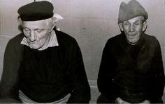 Susedia sediac na drevenom stolčeku Vladko Beharka a Miško Majzlík - fotoarchív: Miroslav Račko ml. - asi 1983