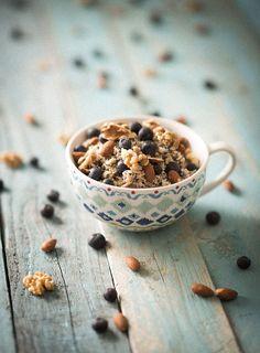 Quinoa ontbijt met vers fruit en knapperige noten