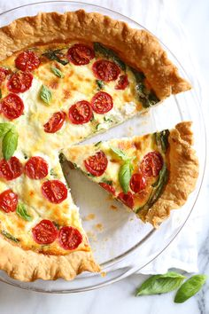 This easy vegetarian quiche recipe is made with spinach, ricotta cheese, eggs, tomatoes and basil. Perfect for breakfast, lunch or brunch or serve it with a salad for a light dinner. (I think I would skip the crust) Basic Quiche Recipe, Quiche Recipes, Ww Recipes, Cooking Recipes, Recipies, Skinnytaste Recipes, Quiche Ricotta, Spinach Ricotta, Frittata