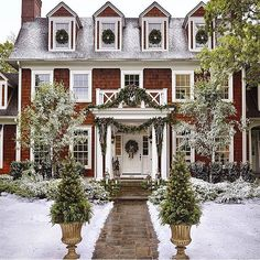 Dreaming of a white Christmas - and a gorgeously decorated house to go with it! ❄️❄️