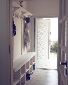 258 отметок «Нравится», 33 комментариев — Mihata (@mihata.pl) в Instagram: «Nasz wiatrołap ma dokładnie 3.20 m2 więc szafy do zabudowy odpadały na wstępie. To czego nam…» Small Hallways, Drop Zone, Mud Rooms, Design, Narrow Hallways, Hallways, Foyers, Entry Hall