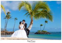 http://www.rightframe.net - Destination wedding on the beautiful Kahala Beach (Waialae Beach Park), Oahu.  Hawaii, photography, photographer, weddings, photos, bride, groom, hawaiian, romantic, ideas, couple, bouquets, lei, palm, tree,park, Waikiki, honolulu, resort.