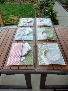 Cute idea for a picnic. Cut one placemat in half then sew it to the bottom one to hold your utensils. Great backyard BBQ or picnic idea! Crafts To Make And Sell, Diy And Crafts, Diy Projects That Sell Well, Sell Diy, Summer Crafts, Fall Crafts, Sewing Hacks, Sewing Tutorials, Sewing Ideas