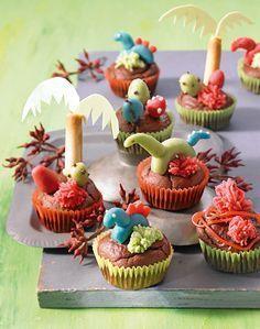 Dinopark-Muffins -  Dunkle Muffins mit Dekoration aus Dinosauriern für Kinder