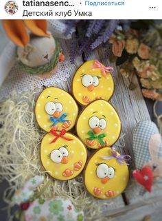 Love these little chicks. Cookies Cupcake, Galletas Cookies, Easter Cupcakes, Iced Cookies, Cute Cookies, Easter Cookies, Cookies Et Biscuits, Holiday Cookies, Sugar Cookies