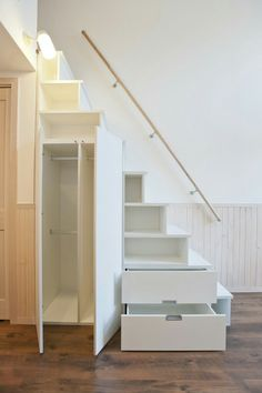 Tiny House Living 91544 Do you know the tiny house movement? These little houses are a great source of inspiration for the layout of my studio. Here are some ideas for setting up a small space! Tiny House Stairs, House Staircase, Tiny House Loft, Loft Stairs, Tiny House Living, Tiny House Design, Tiny House Movement, Casa Loft, Attic Renovation