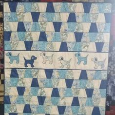 Place a panel strip or border fabric strip somewhere in the quilt. Dog Quilts, Cute Quilts, Animal Quilts, Panel Quilts, Scrappy Quilts, Quilt Baby, Vintage Quilts Patterns, Quilt Patterns, Tumbler Quilt