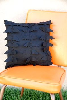 "Decorating for Halloween is second only to Christmas. This Batty felt pillow tutorial by Amy of ""Ameroonie Designs"" will add that touch of Halloween indoor… Spooky Halloween, Halloween Sewing, Halloween Home Decor, Holidays Halloween, Happy Halloween, Halloween Decorations, Halloween Clothes, Halloween Tutorial, Halloween Ideas"