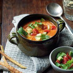 De combinatie van chilivlokken, chilisaus en kidneybonen vormt de basis voor deze smaakvolle, licht spicy soep. Heerlijk voor op een luie zondag, maar het is ook een makkelijk recept voor een doordeweekse dag.    1 Bak de uisnippers,...