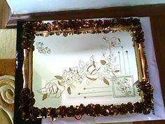 Çiçek İşlemeli Ayna Tepsi. Altın renkli sprey boya ve macun kullanıldı. Özel günlerinizde kullanabileceğiniz şık bir tepsi.