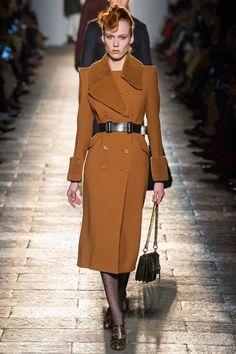 Guarda la sfilata di moda Bottega Veneta a Milano e scopri la collezione di abiti e accessori per la stagione Collezioni Autunno Inverno 2017-18.