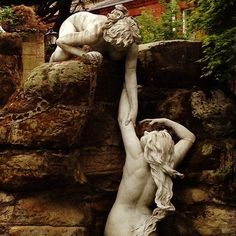 More of the extraordinary fountain at York House in Twickenham. Two of the larger than life size sea nymphs (Oceanids) surrounding the central Venus who rises in triumph from the sea. And a fascinating story with a connection to those other delightful watery nymphs @hever_castle The sculptures for the fountain were acquired as a job lot in 1904 with one slight problem - no idea how they all fitted together. Enter the firm of J Cheal & Sons who designed the Italian garden including the lake…