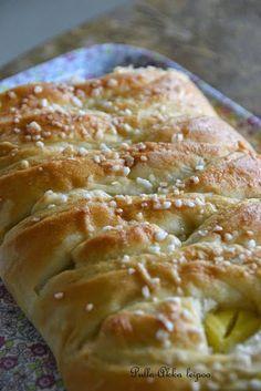 Pulla-Akka leipoo: Täytetty pullapitko - vaniljakanelipitko