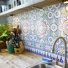 Moroccan tile backsplash - carrelage - cuisine - kitchen - plan de travail - work surface