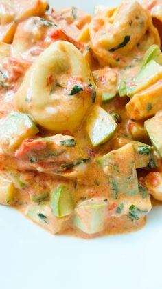 Creamy Tomato Basil Tortellini With Zucchini - Homemade Mastery Tortellini Sauce Recipes, Tortellini Soup, Side Dish Recipes, Easy Dinner Recipes, Yummy Recipes, Creamy Tomato Basil Soup, Zucchini Tomato, Vegetarian Recipes, Cooking Recipes