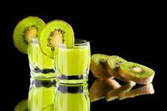 Make kiwi liqueur yourself - it& that easy Kiwilikör selber machen – So einfach geht's Making liqueurs yourself is absolutely the trend. No wonder, because it is child& play. with a delicious kiwi liqueur? The basic recipe for this is here. Kiwi, Pork Chop Recipes, Grilling Recipes, Limoncello Cocktails, Fall Recipes, Healthy Recipes, Spring Cocktails, Winter Drinks, Liqueur