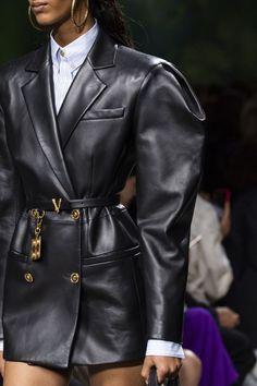 Versace at Milan Fashion Week Spring 2020 - Details Runway Photos Fashion Mode, New York Fashion, Look Fashion, Couture Fashion, Runway Fashion, High Fashion, Winter Fashion, Womens Fashion, Fashion Trends