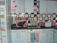 Oh man, I wonder if I can convince the hubs to do a cupcake themed kitchen?!?!?