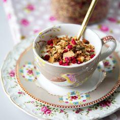 Granola on itse tehtyä mysliä, joka koostuu esimerkiksi kaurahiutaleista, pähkinöistä ja siemenistä. Mysli paahdetaan rapeaksi uunissa. Granola, Tea Time, Cereal, Tea Cups, Food And Drink, Healthy Recipes, Breakfast, Tableware, Easy