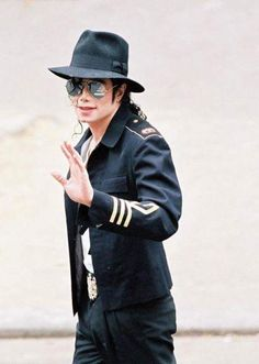 Michael Jackson Visiting the waxwork Grevin Museum in Paris France 1997 ~ MJLyrics Janet Jackson, Michael Jackson Smile, Thriller Michael Jackson, Mickel Jackson, Michael Jackson Wallpaper, Paris Jackson, The Jacksons, Paul Mccartney, John Lennon