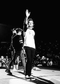 Louis Tomlinson>>>twitter follow spree today in honor of 1k comment your twitter handle and I'll follow you (@katy_savoie)