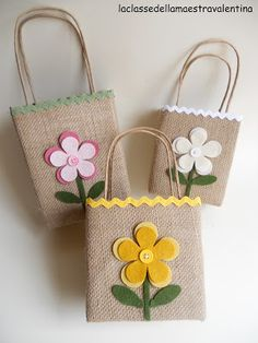 Considerato il successo ottenuto dalle mie borsette fatte con scatole per alimen… Given the success of my handbags made with food boxes, here is a more summer version. I replaced the … Burlap Crafts, Felt Crafts, Fabric Crafts, Sewing Crafts, Sewing Projects, Hessian Bags, Jute Bags, Paper Gift Bags, Paper Gifts