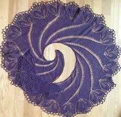 Fantastisk smukt sjal, der bliver kæmpestort og ikke kan strikkes på en weekend! Det er ikke enormt svært, men kræver koncentration. Her i en tynd uld/cashmere. Læs mere ...