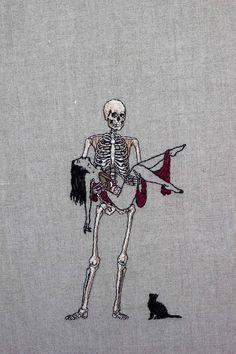 Adipocere é um artista que mora em Melbourne que faz bordados com significados ocultos em linho (e às vezes em sua própria mão). Gatos pretos, aranhas de grandes dimensões, sábios esqueletos e bela…
