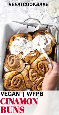 Homemade vegan cinnamon rolls. Super easy-to-prepare plant-based cinnamon buns for your next vegan breakfast, dessert or snack. These wholegrain buns are made without sugar or oil and are wfpb-friendly. Top with a healthy frosting / frosting without refined sugar. Simple vegan dessert, #vegancinnamonbuns #vegandessert #veganbuns #veganbreakfast Raw Desserts, Vegan Dessert Recipes, Delicious Vegan Recipes, Vegan Sweets, Vegan Snacks, Dairy Free Recipes, Vegan Food, Vegan Vegetarian, Tasty