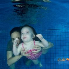 mamá enseñando a bebé a nadar