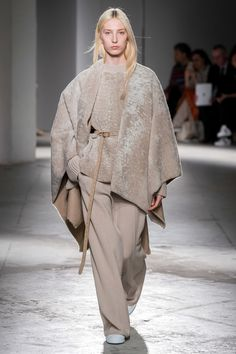 Agnona Fall 2019 Fashion Show . Designer ready-to-wear looks from Fall 2019 runway shows from Milan Fashion Week Grunge Fashion, Look Fashion, Fashion Show, Womens Fashion, Fashion Design, Fashion Trends, Milano Fashion Week, New York Fashion, Milan Fashion