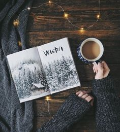 winter reading with coffee book pictures Flat Lay Photography, Winter Photography, Book Photography, Photography Humor, Flatlay Instagram, New York Winter, Coffee And Books, Jolie Photo, Book Aesthetic