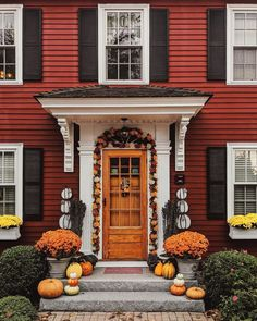 New England-style + Autumn.ya just cant beat it🍁 🍂🍃 (repos New England Fall, New England Style, New England Homes, Front Door Entrance, House Front Door, Front Doors, Autumn Decorating, Porch Decorating, Accent Walls In Living Room
