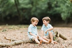 The bond between siblings is something special. Today, Sarah Sidwell Photography shares a recent sibling session, capturing the magic of two brothers, who are close in age, playing together in the woods. Twin Boys Photography, Sibling Photography Poses, Maternity Photography Outdoors, Outdoor Family Photography, Sibling Poses, Autumn Photography, Children Photography, Photography Ideas, Brother Pictures