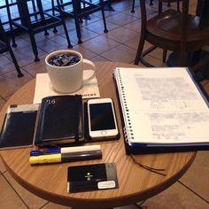 ー 2016-0809 H21_R_6 __  朝スタバと勉強postです。 青白カクノくんで、自分の勉強です。  おはようございます。 今日の天気予報は晴れ後曇りです。  お盆休みに近付くにつれて、 周りで仕事のドッヂボール大会が 始まってます。 誰かの仕事は私の仕事、 私の仕事は私の仕事。  今日は代理で、トラブル対応です。  移動中に、一人作戦会議しないと 整理出来ません。  仕事も勉強も、少しずつ進めます。  あまり変化の見えない写真で ごめんなさい。  今日も安全で便利な電気が 皆様に届きますように!  #万年筆 #カクノ #勉強 #青ペン勉強法 #大人の勉強垢 #モニグラ #勉強垢さんと繋がりたい  #能率手帳 #能率手帳ゴールド #能率手帳gold #おっちゃん手帳 #手帳バンド #ノリスキン  #スタバ #スターバックス #スタバリザーブ #ドリップコーヒー 今日はKENです。 #ケニア  #カフェとノート部 #カフェ勉  #文房具  ___English___  Morning Starbucks and study post. A blue-white…