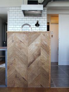 意匠的なポイントとなるキッチンの腰壁