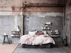 Distressed pink and grey bedroom. Image found on cocolapine.com