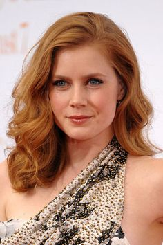 wedding hair round face Old Hollywood Side Part Cabelo Amy Adams, Short Curly Hair, Curly Hair Styles, Wavy Hair, Amy Adams Hair, Actress Amy Adams, Hairstyles For Round Faces, Retro Hairstyles, Beautiful Redhead