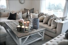 livingroom, salon, couleur pale, gris, blanc, beige, chandelles, sofa, deco, home decor - LOVE the table decor