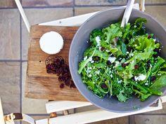 Grüner Salat mit Ziegenfeta und Cranberries / http://piasdeli.de/Rezept/gruener-salat-mit-ziegenfeta-und-cranberries/
