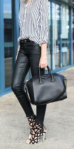 Acheter la tenue sur Lookastic: https://lookastic.fr/mode-femme/tenues/chemise-de-ville-pantalon-slim-sandales-a-talons-sac-fourre-tout-ceinture/9722   — Chemise de ville à rayures verticales blanche et bleue marine  — Ceinture en cuir noire  — Pantalon slim en cuir noir  — Sac fourre-tout en cuir noir  — Sandales à talons en daim noires