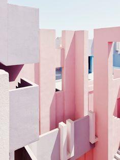 """Ricardo Bofill, La Muralla Roja, 1973.  Descrição da Obra e das suas premissas:   """"Within the context of La Manzanera, La Muralla Roja (The ..."""