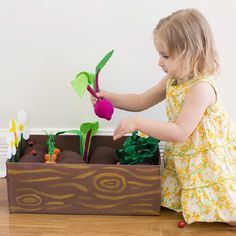 Horta em feltro - deliciosa! Com explicação a par e passo. Em: http://www.abeautifulmess.com/2014/03/diy-plantable-felt-garden-box.html Make your own toy garden out of felt and cardboard. Fun and educational!